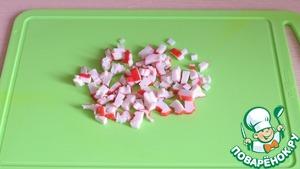 Крабовые палочки порезать мелкими кубиками.