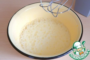 Eggs (2 PCs.) to whisk, add 2 tbsp. tablespoons vegetable oil, 2 tbsp of the milk. Again beat well.