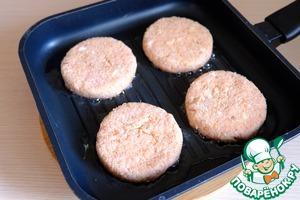 In a pan, add vegetable oil (2 tbsp).