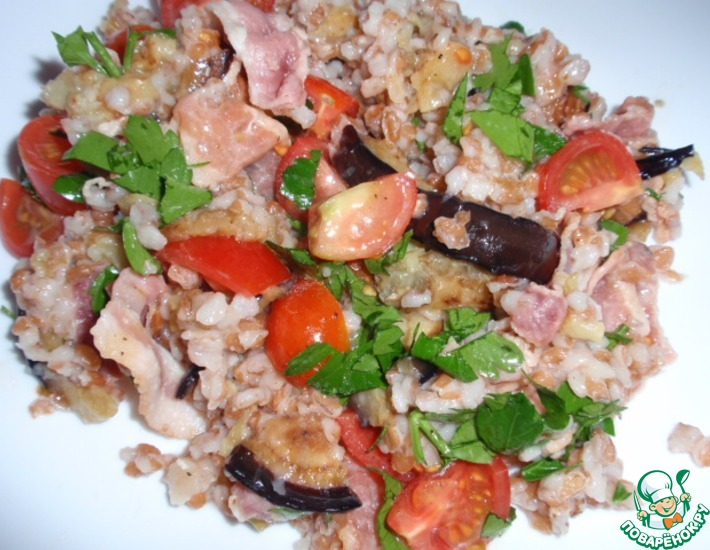 Рецепт: Салат с булгуром, беконом и баклажаном
