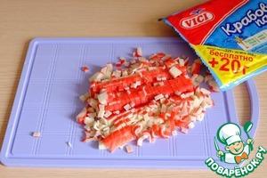 Крабовые палочки порезать мелкими кубиками