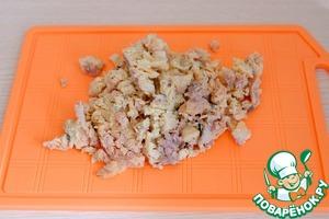 Консервированную горбушу порезать или раздавить вилочкой на мелкие кусочки