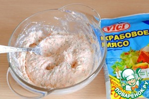 В миске соединить творожный сыр (100 гр.), измельченный укроп и пробитое блендером крабовое мясо