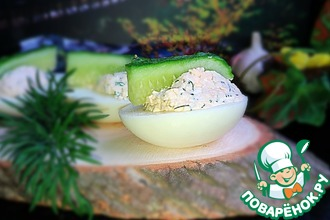 Рецепт: Яйца, фаршированные сыром и чесноком