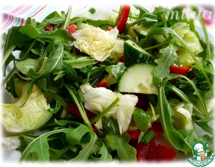 Рецепт: Айсберг салат с рукколой и огурцом