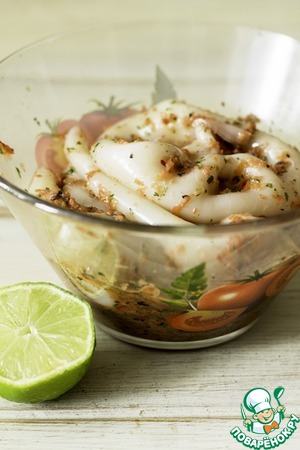 Put in the marinade carcasses squid and leave it under load for a couple of hours.