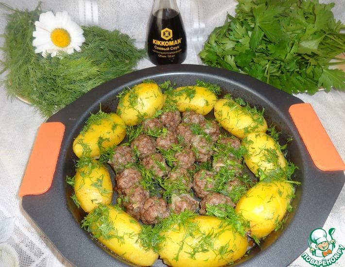 Рецепт: Молодой картофель с фрикадельками в духовке