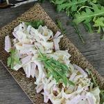 Салат с маринованным луком и блинчиками