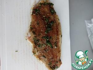 Обмазываем маринадом рыбное филе.