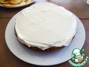 Сборка пирога   На блюдо положить первый корж, смазать кремом, сверху положить второй корж.