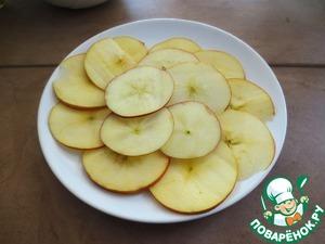 Украшаем пирог   Яблоко разрезать на тонкие круглые дольки, выпечь в духовке при температуре 150 градусов, пока они не подсохнут, но при этом они не должны подгореть как у меня))   Бока оформить дольками яблок