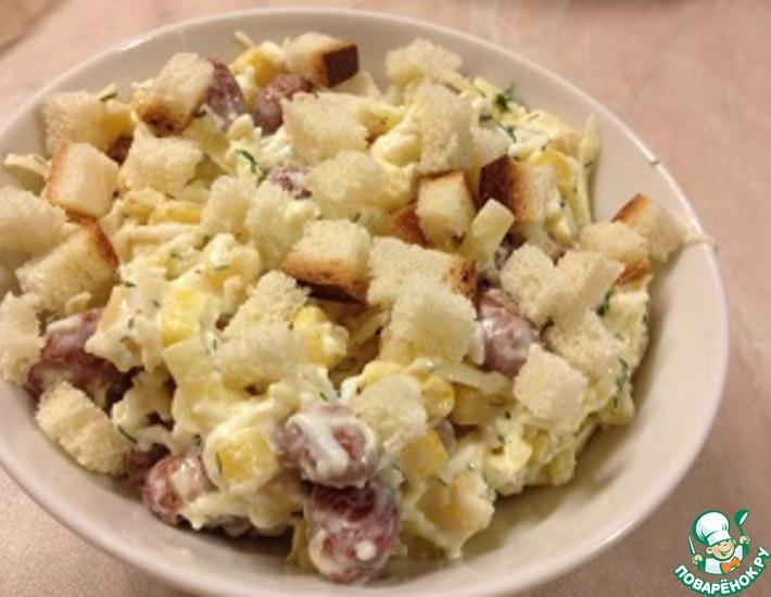 Рецепт: Салат с фасолью, сыром и сухариками
