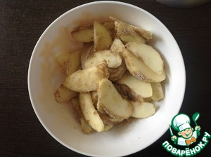 While the dough cools, prepare the filling.  Wash the apples, peel and core, cut into thin slices. Add the brown sugar, flour, lemon juice, cinnamon and nutmeg. Stir gently, cover tightly, put into the refrigerator and allow to stand.