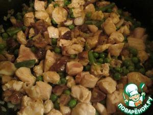 В сковороде разогрейте растительное масло, обжарьте лук до прозрачности, добавьте курицу, готовьте минут 5 - 7. Затем к курице добавьте овощи и грибы. готовьте еще минут 5, посолите, поперчите по вкусу, снимите с огня.