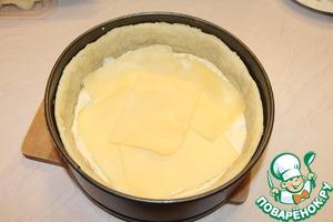 Сверху выложить пластинки твердого и полутвердого сыра.