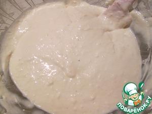 Пока остывает наша начинка, займемся тестом. Смешайте майонез, сметану и яйца, немного присолите, небольшими порциями добавляйте муку и с последней порцией добавьте соду. Вообще-то соды в оригинальном рецепте не было, но я решила попробовать добавить. Тесто получилось очень нежным и не мокрым, по консистенции, как густое тесто для оладьев.