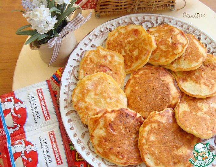 Рецепт: Картофельно-луковые оладьи с сосисками