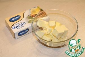 Размягченное сливочное масло взбить с яйцом, добавить соль, просеянную муку и кунжут. Вымесить мягкое упругое тесто. Если тесто получается крутовато, следует добавить немного холодной воды.