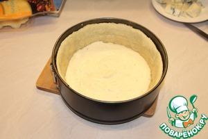 Форму диаметром 20 см смазать сливочным маслом, выложить в нее тесто и распределить во всей форме. Наколоть вилкой и убрать в холодильник на 20 минут.