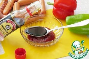 Сначала хорошенько смешаем соевый соус (очень рекомендую брать качественный соевый соус Kikkoman), кетчуп и сахар.