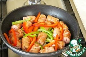 Затем добавляем болгарский перец и так же жарим 3-4 минуты.