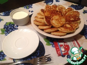 The finished pancakes immediately and serve. Very tasty with cold sour cream. Bon appetit!