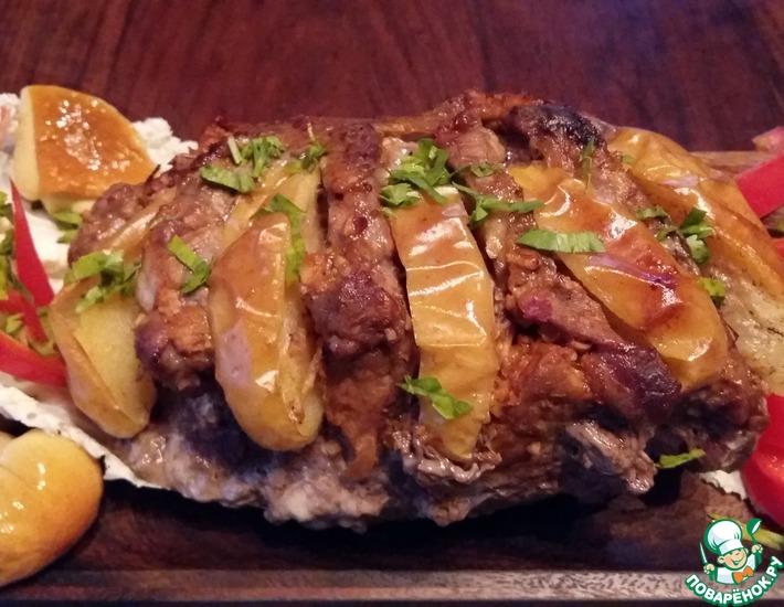 Рецепт: Свинина, запеченная с капустой и яблоками