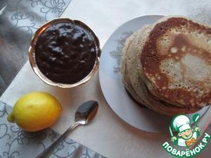 На сковороде хорошо разогрейте растительное масло, выкладывайте в центр по две столовые ложки теста и выпекайте оладьи по две минуты с каждой стороны. Подавайте с медом, вареньем или шоколадным соусом.
