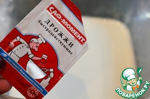 For pancakes in warm milk (1 Cup) add salt, 1 tsp sugar, yeast. Yeast pancakes I always use dry yeast SAF - MOMENT.