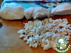 Куриное филе нарезать на маленькие кусочки и отправить в отдельную емкость.