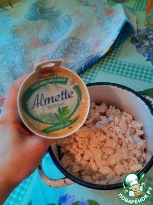 Туда же кладем упаковку творожного сыра. Тщательно перемешиваем. Добавляем по вкусу соль, перец.