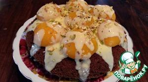 Готовый пирог украсить персиками из компота и ванильным соусом.