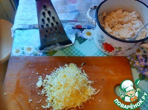 Not a lot of grated cheese on a fine grater, put.