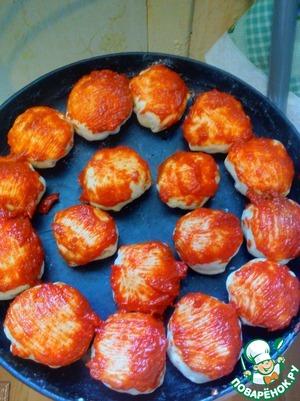 Когда все шарики сделаны. Смешиваем 2 ст. ложки томатной пасты и 1ст. ложку растительного масла. Смазываем верхушки булочек.