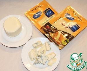 Сыр подготовить. Моцареллу тонко нарезать, мягкий сыр порезать на небольшие кусочки.