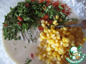 Add to the dough chopped vegetables, greens and corn, mix everything carefully.