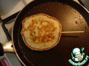 Spread the batter on a heated, grease the pan with a spoon. Take wooden skewers for kebabs and break them into 2 parts. When you put the dough on the pan, then put the stick in the middle of the muffin. Fry one side and turn over to the other, done. Sticks perfectly fixed in the test.
