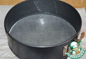 The bottom of a split form (diameter 20 cm) to lay a paper for baking, greased with vegetable oil. The sides of the forms do NOT NEED to grease! According to him, the dough will rise.