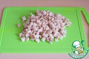 Куриное филе отварить в подсоленной воде, затем порезать кубиками.