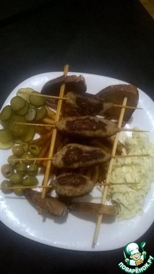 Украсить салатом ( у меня пекинка с майонезом), огурчиком, оливками. Приятного вечера!