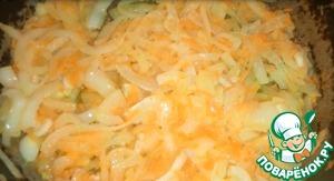 Лук нарезать полукольцами, морковь натереть на мелкой терке, чеснок нарезать мелкими кусочками. Обжарить