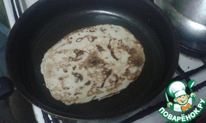 Bake pancakes in a pan greased with vegetable oil, until Golden brown.