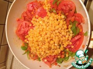 Ко всем этим овощам добавляем кукурузу, предварительно слив с нее воду