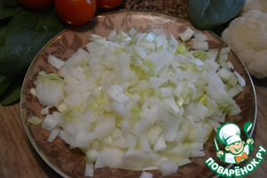 Лук и морковь очистить. Лук, помидор, болгарский перец нарезать кубиками.