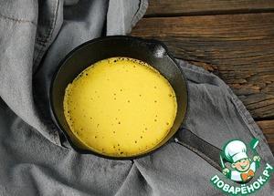 Сковороду раскалить, смазать растительным маслом и обжарить блинчики.