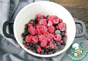 ЯГОДНЫЙ СОУС:   Для соуса подойдут любые ягоды. У меня замороженные ягоды со своего сада.   Количество ягод тоже берите на свой вкус.   Ягоды и мед положить в кастрюльку и поставить на небольшой огонь.   Нагревать не долго, как только ягоды дадут сок, добавить крахмал размешать и томить еще буквально 30сек. Кастрюлю снять с огня и дать остыть соусу.   Мед можно заменить сахаром (сахарной пудрой).