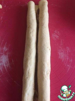 Then the long edges of the rectangles to wrap the loaf to the middle - on the one and the other. Cut the rolls into pieces about 4-4,5 cm and put them upright in form, with a Mat or paper, or a greased form.