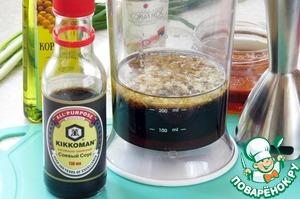 Все ингредиенты, кроме лука и кунжута, поместить в блендер и пробить до однородности.