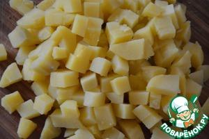 Картофель отварить в воде (или приготовить в пароварке) в кожуре до готовности. Очистить. Нарезать небольшими кубиками.