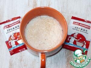 1. Приготовим опару. Смешайте 100 мл теплого молока с дрожжами (1 ч. л.) и 2 ч. л. сахара. Поставьте миску с опарой в теплое место до образования пенной шапочки..